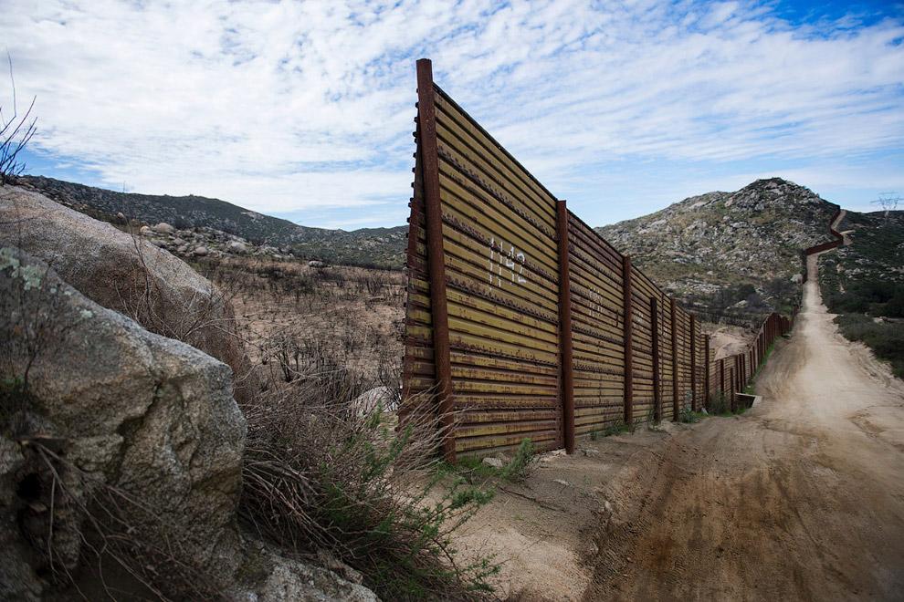 Часть пограничного ограждения заканчивается и начинается открытая местность в Текейте, Калифорния