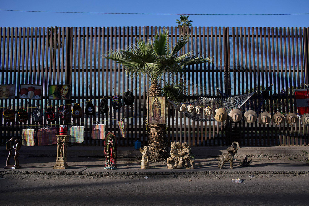 Уличные торговцы торгую на границе на северо-западе Мексики