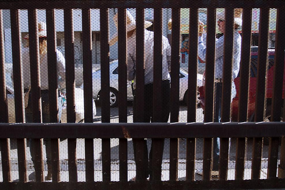 За забором – Мексика, вид из Калифорнии