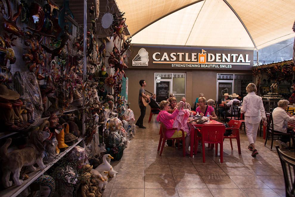 Рядом со стоматологией продают сувениры, есть кафе, посетителей музыканты развлекают