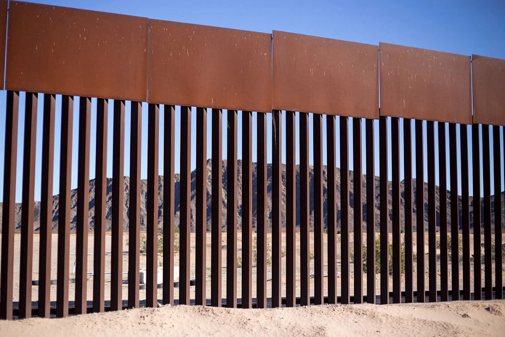 Стена на границе с Мексикой в районе городка Лос-Альгодонес
