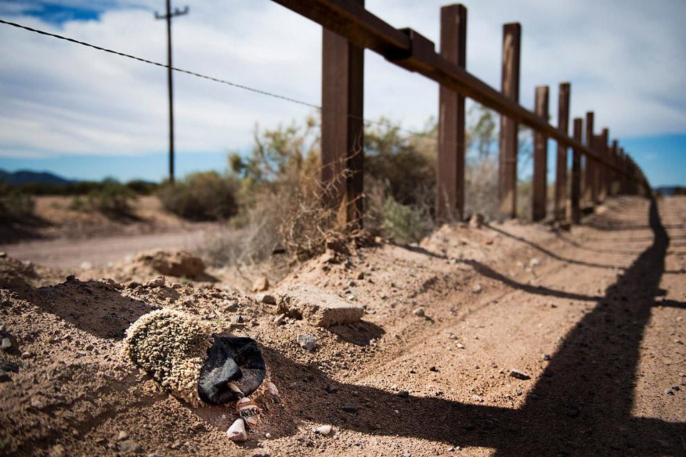 Кто-то здесь переходил границу и оборачивал тканью обувь, чтобы скрыть отпечатки ног