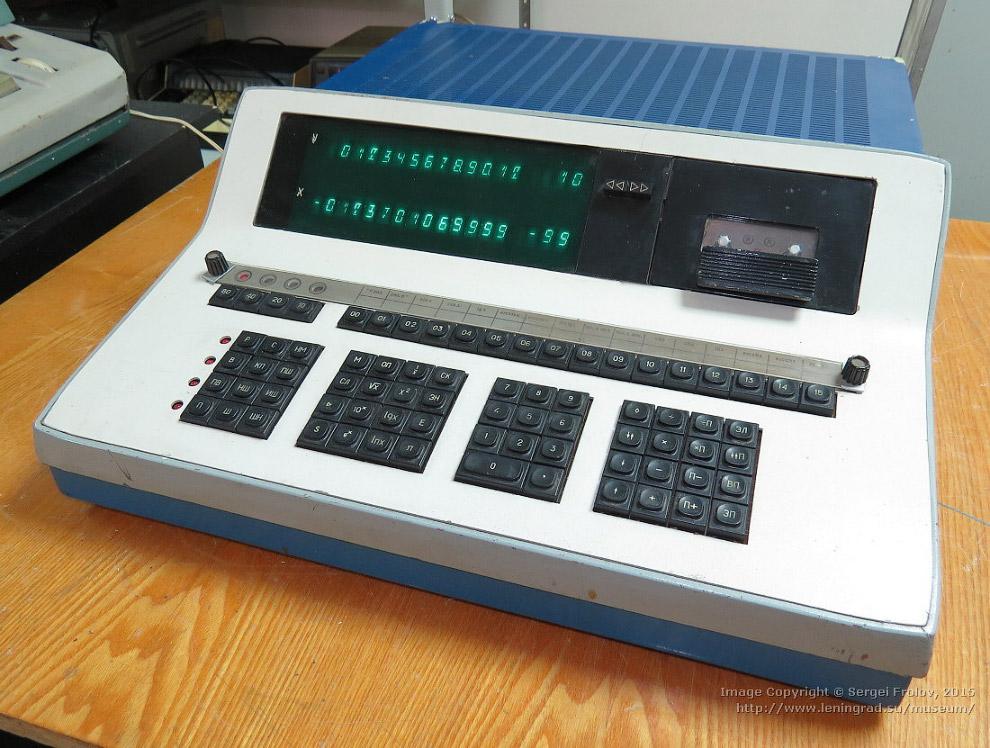 «Электроника 25» — радиоприемник с электронными часами, 1984 год.