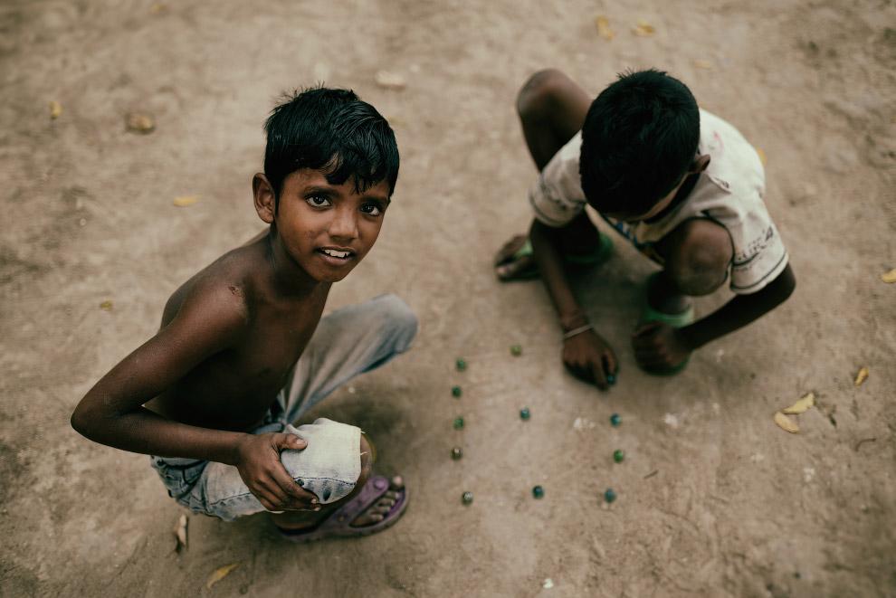 Калькутта. Редкая на Западе игра в шарики на улице