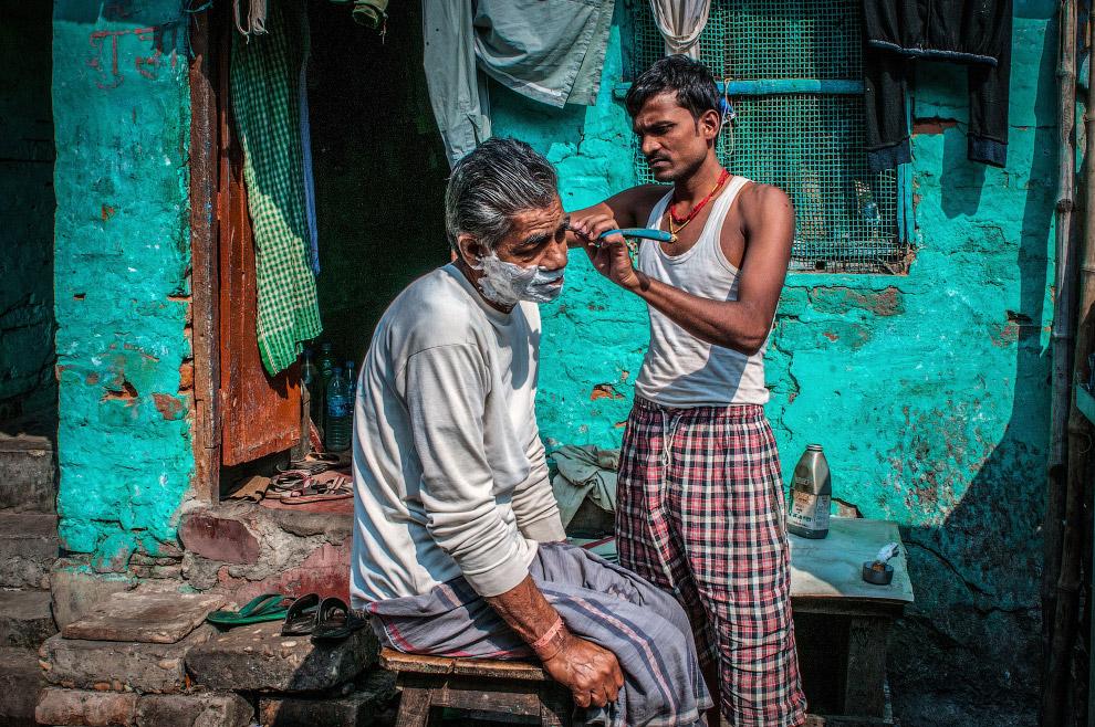 Уличный парикмахер в Калькутте