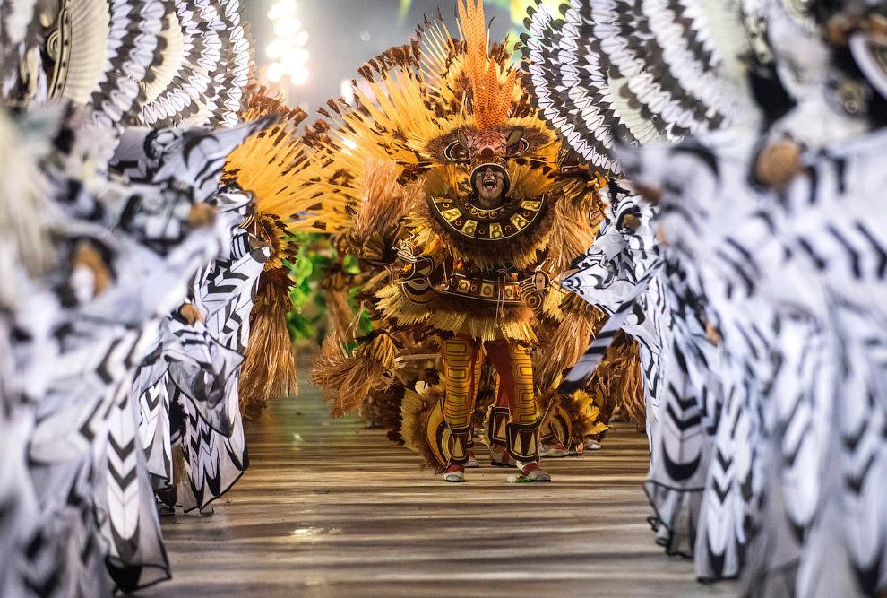 Школы самбы в Рио-де-Жанейро готовятся к этому событию основательно: изготавливают декорации, платформы, невероятные костюмы