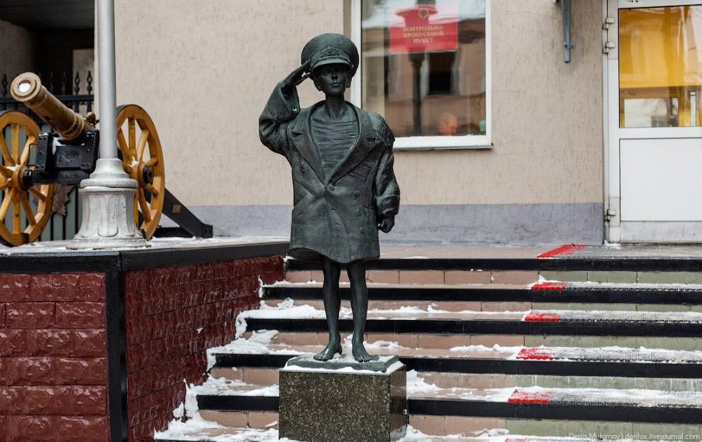 Трогательная статуя на КПП Суворовского училища.