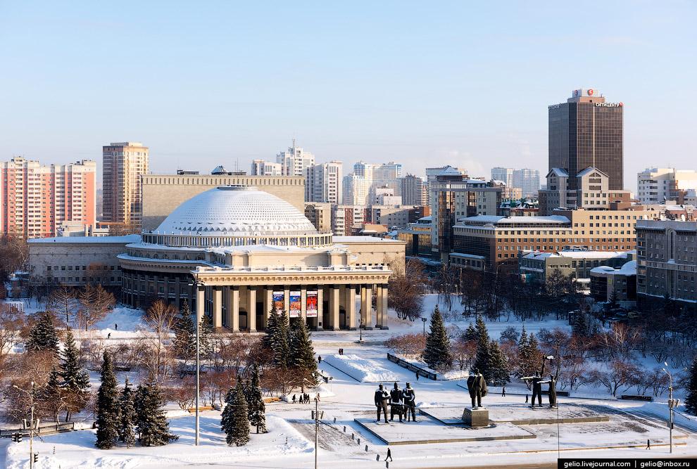 Новосибирский театр оперы и балета и театральный сквер.