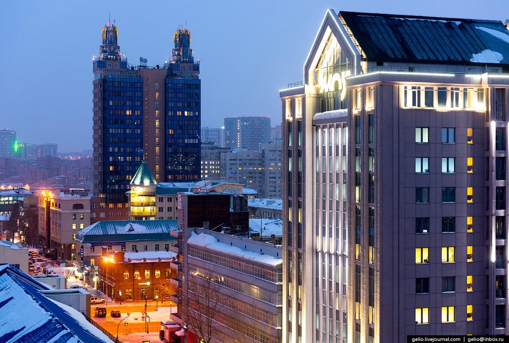 Перекресток улицы Коммунистическая и Красного проспекта: справа бизнес-центр Most и «Дом под Часами».