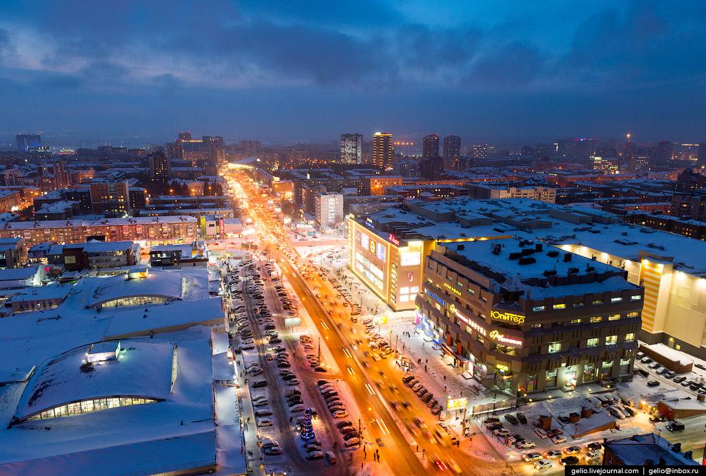 Пересечение улиц Гоголя и Мичурина, Центральный рынок (слева) и торгово-развлекательные центры «Галерея Новосибирск» и «Юпитер» (справа).