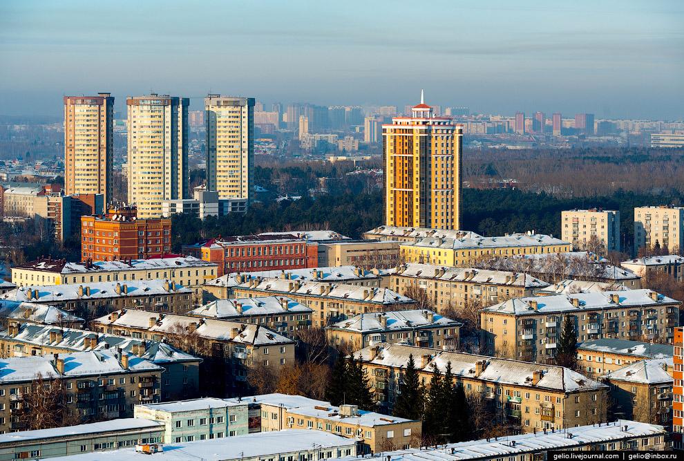 Улица Богдана Хмельницкого. Массив старых «хрущёвок» разбавляют жилые комплексы «Четыре мушкетёра» (слева) и «Эдем».