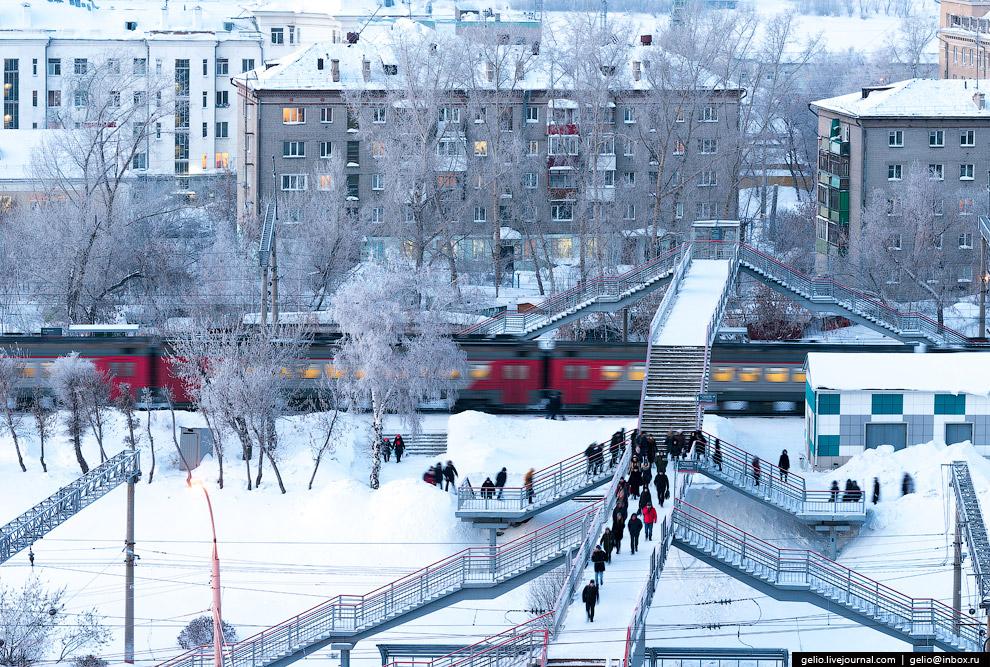 Разделённые виадуком железнодорожные платформы «Центр» и «Правая Обь».