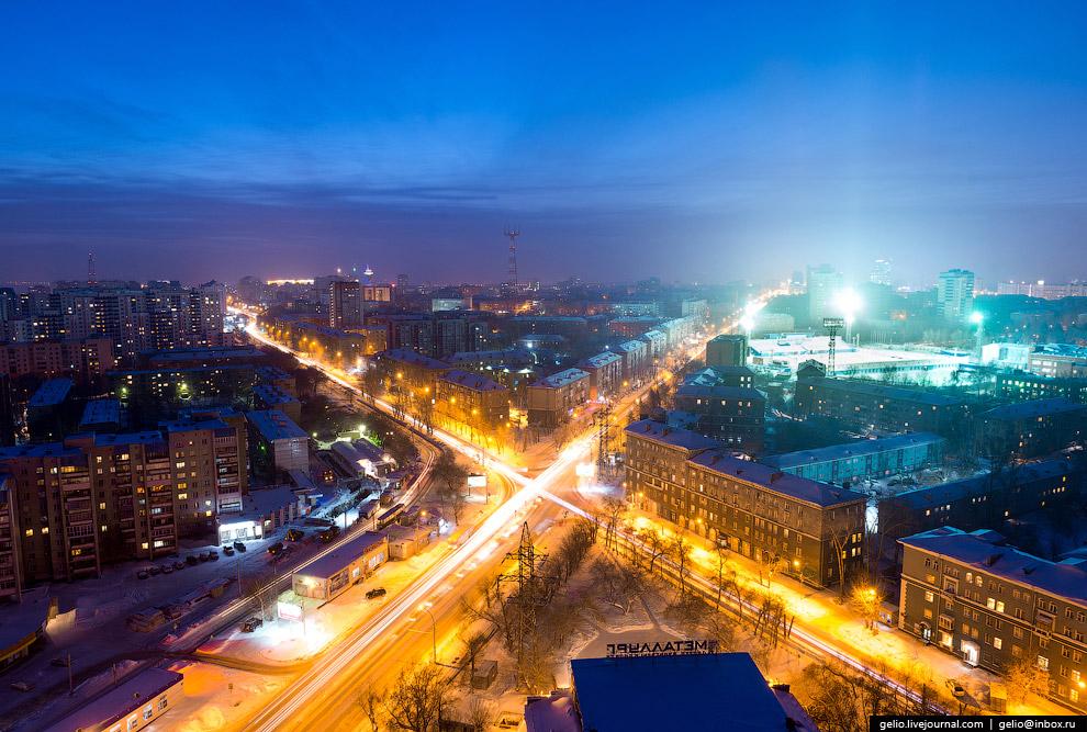 Пересечение улиц Котовского и Ватутина. Справа на среднем плане видны опоры освещения стадиона «Сибсельмаш».