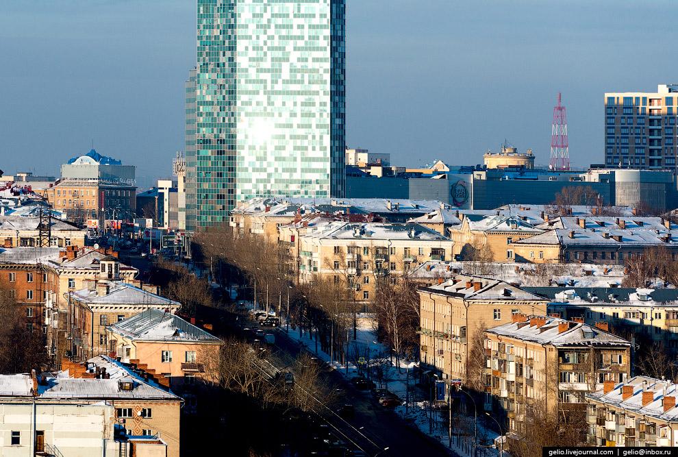 Улица Сибиряков-Гвардейцев и высотка ТРЦ «Сан-Сити».