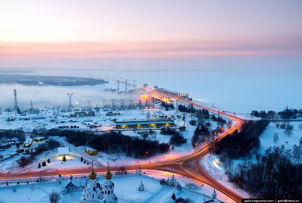 Плотина Новосибирской ГЭС и водохранилище («Обское море»).