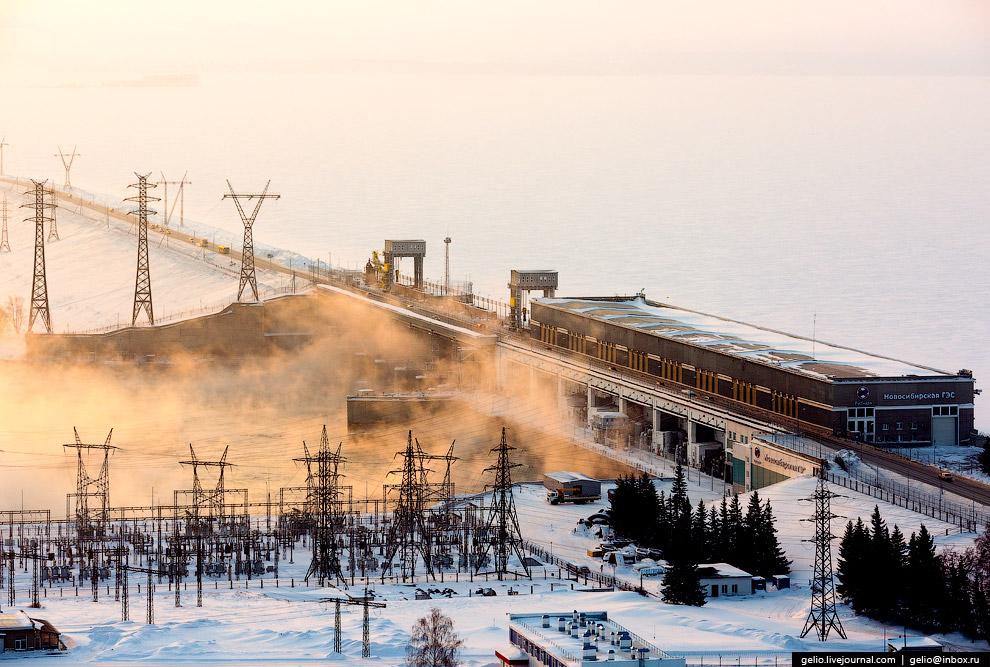 Строительство Новосибирской ГЭС началось в 1950, закончилось в 1961. Это был первенец, открывший эру строительства мощных энергетических комплексов-станций на крупнейших реках Сибири