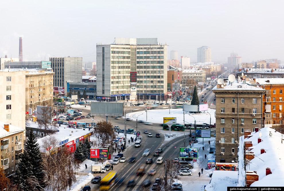 Площадь Калинина и улица Дуси Ковальчук. На заднем плане в центре — здание знаменитого Новосибирского приборостроительного завода, производителя телескопов, прицелов и прочей оптики (ныне «Швабе - Оборона и Защита»).