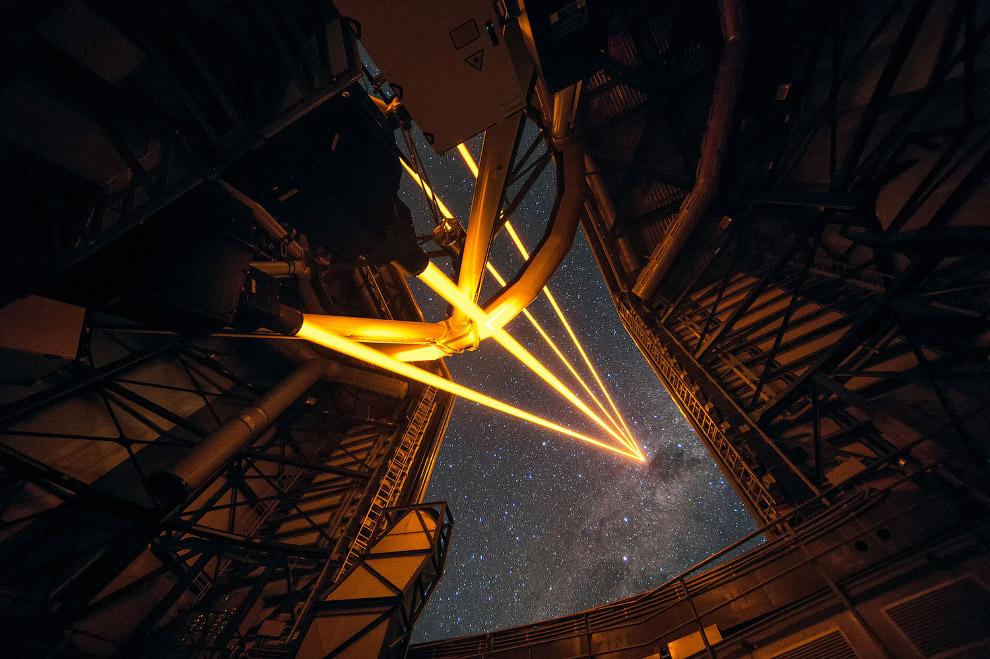 Мощные лазеры освещают звездное небо
