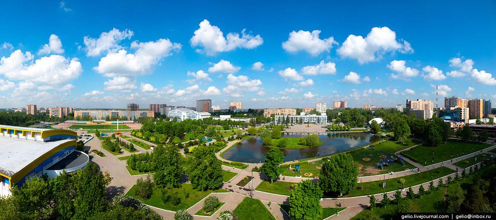 Парк у центрального пруда — излюбленное место отдыха горожан.