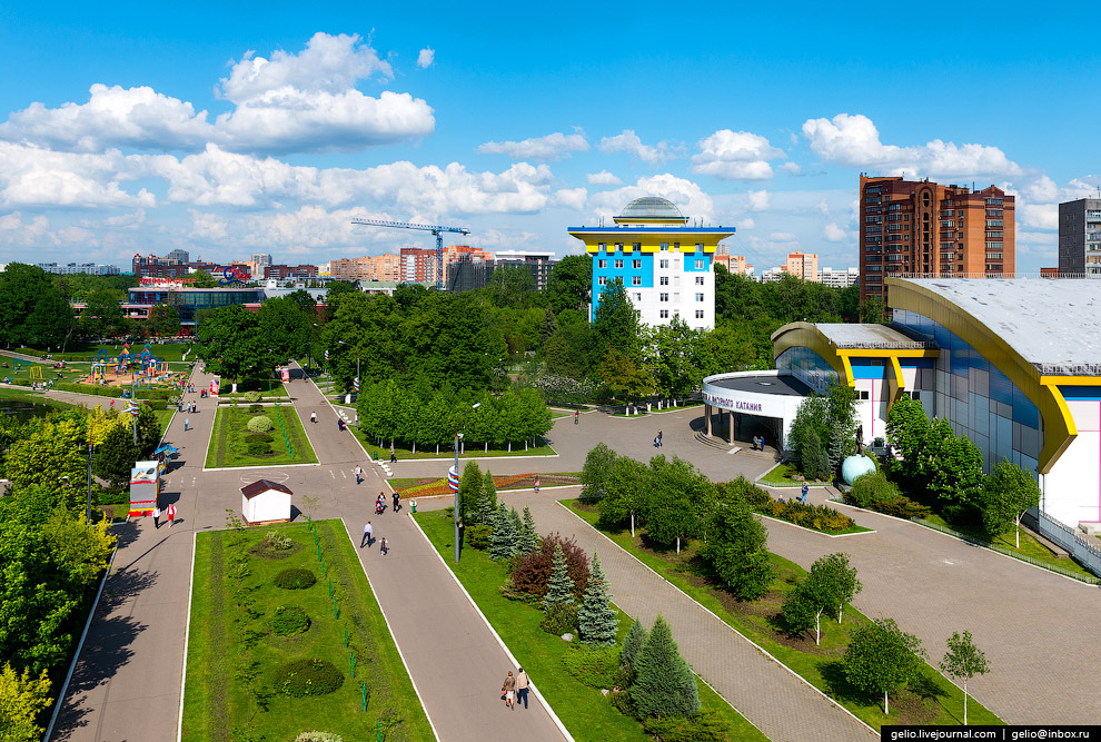Пешеходные дорожки в центре Одинцово. Справа в кадре виден Ледовый дворец спорта.