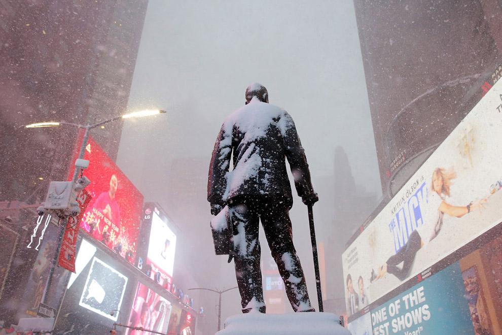 Памятник Ленину Джорджу Коэну, американскому актеру, режиссеру и продюсеру на Тайм-сквер.