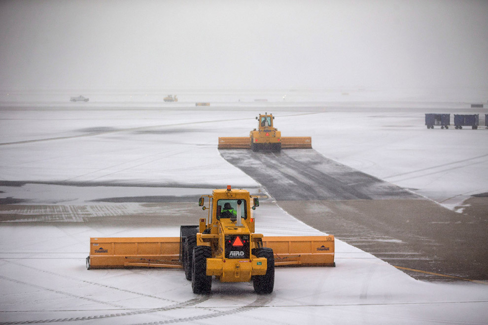 Пока самолеты из-за погоды не летают в Бостоне, можно полосы почистить