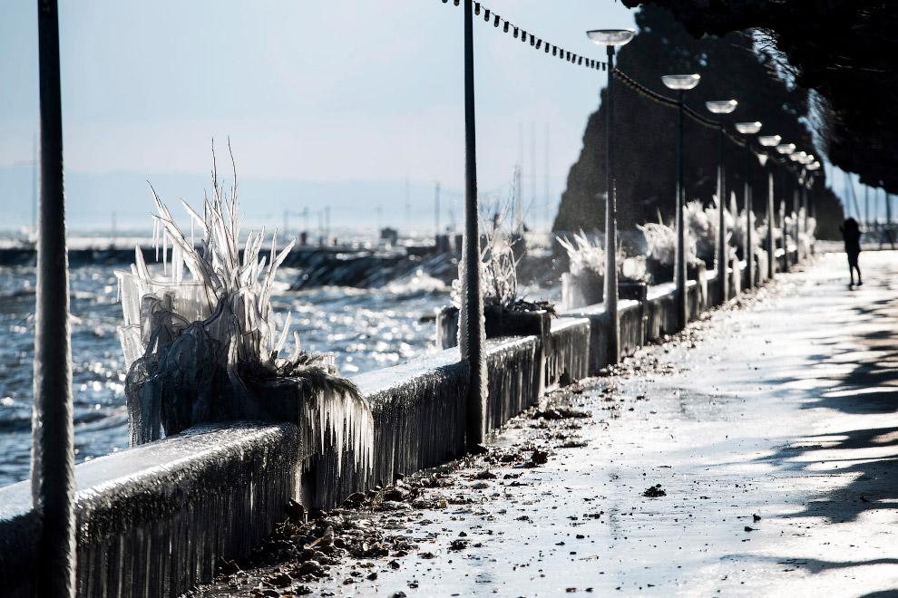 Ледяная набережная на озере Леман в Швейцарии