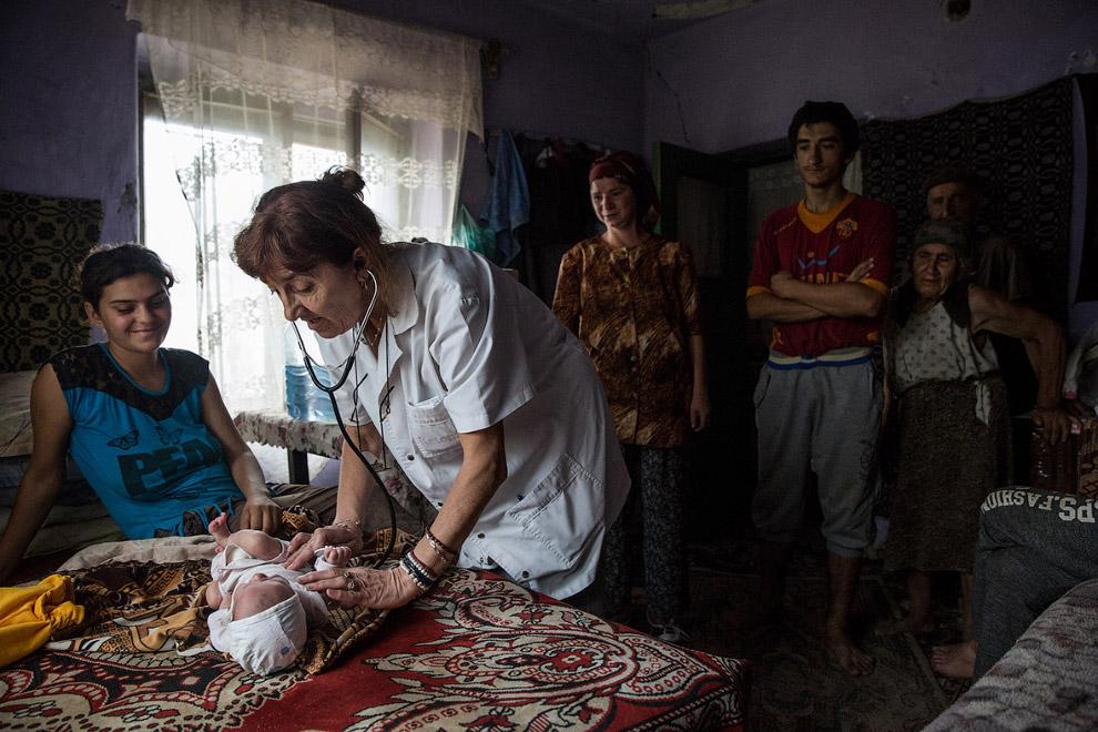 Работа врача с младенцем на дому в Румынии
