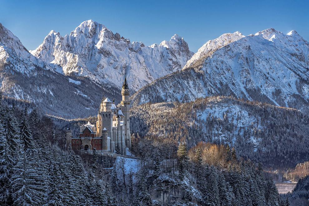 Знаменитый замок Нойшванштайн в Альпах