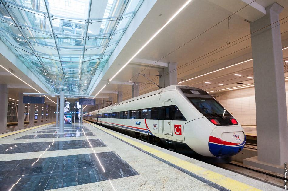 После прибытия. Поезд TCDD HT65002 на вокзале Анкары.