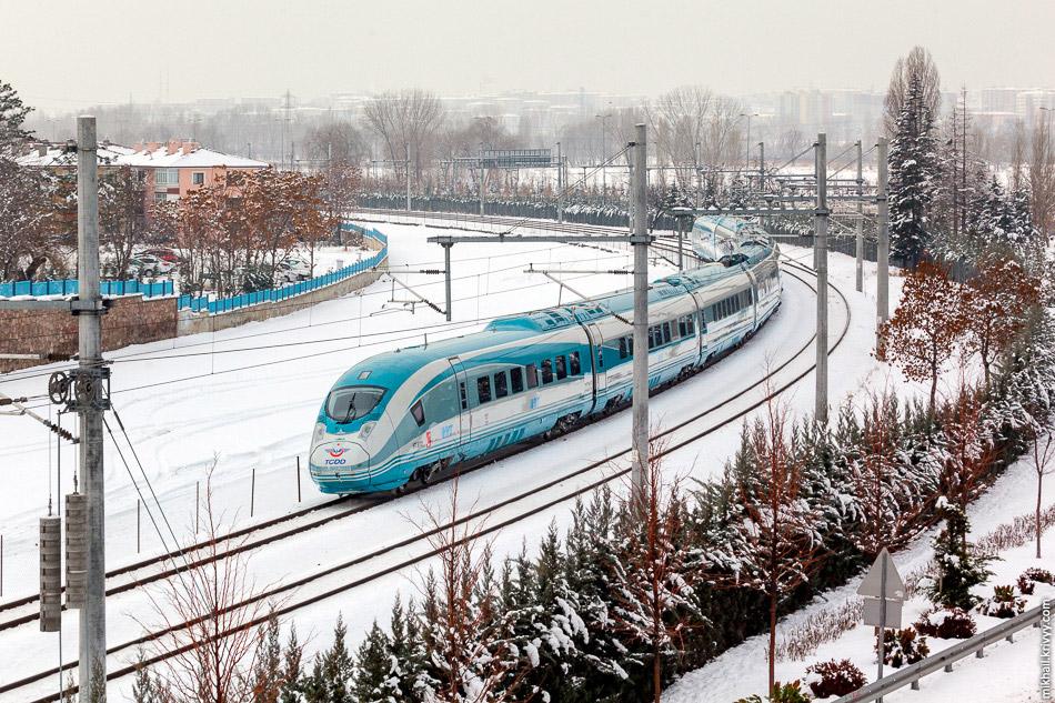 Поїзд TCDD HT80101 на підході до вокзалу Анкари