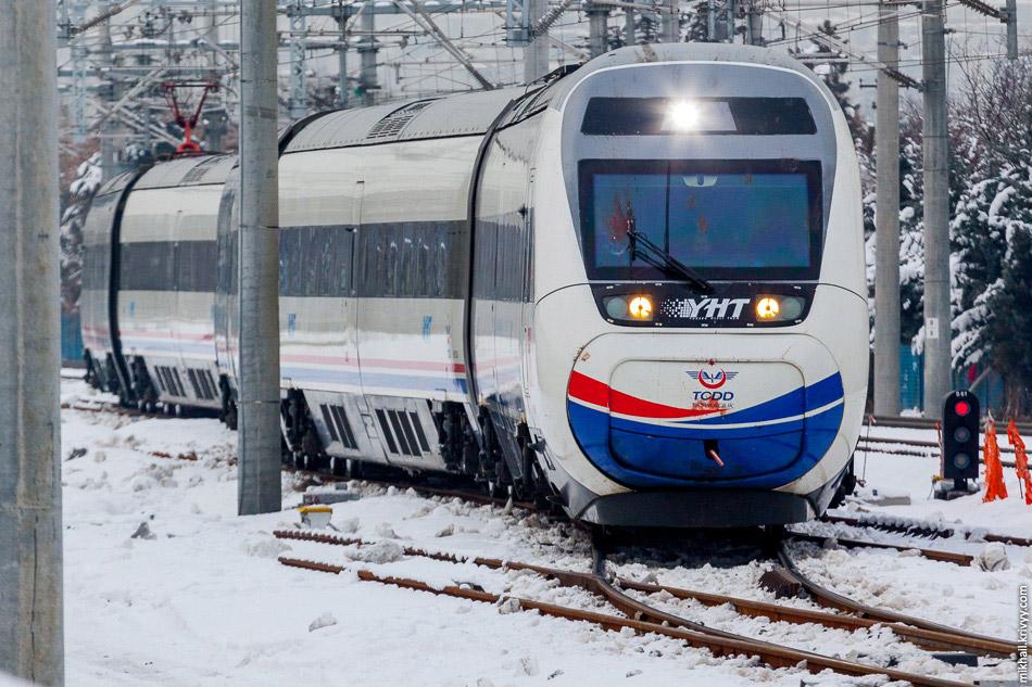 Поїзд TCDD HT65012 прибуває на вокзал Анкари