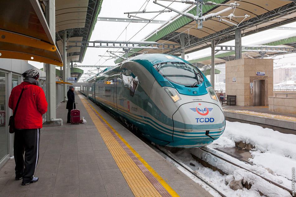 Поїзд TCDD HT80101 переїжджає із зони висадки пасажирів до зони посадки.