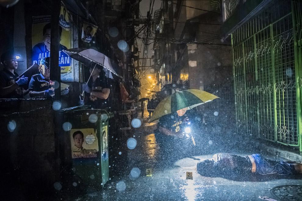Оперативники работают на месте убийства в Маниле , Филиппины