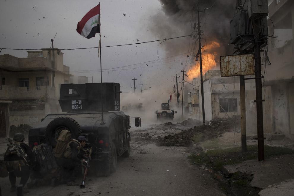 Бомба взрывается рядом с иракским спецназом в Мосуле, Ирак