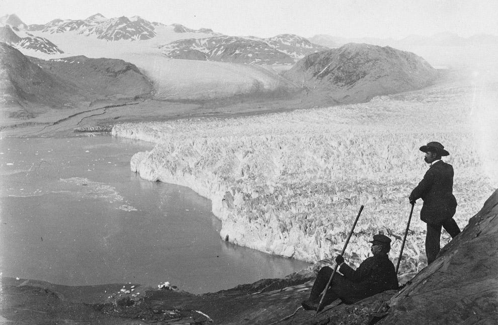 Аляскинский ледник Мюир, спускающийся в океанский залив