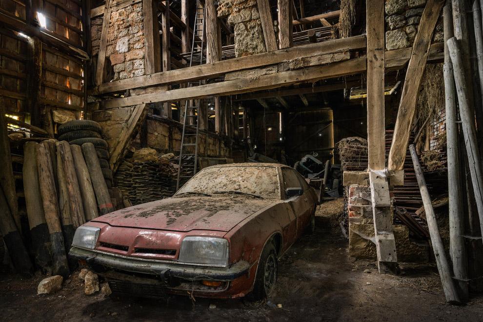 Заброшенный автомобиль в заброшенном доме