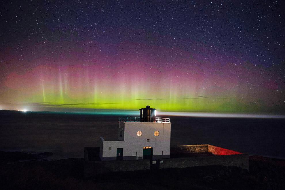 Северное сияние и маяк на побережье Нортумберленда