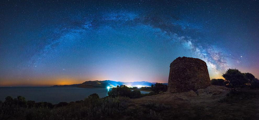 Млечный Путь виден во всей своей красе среди ночного неба Средиземноморья