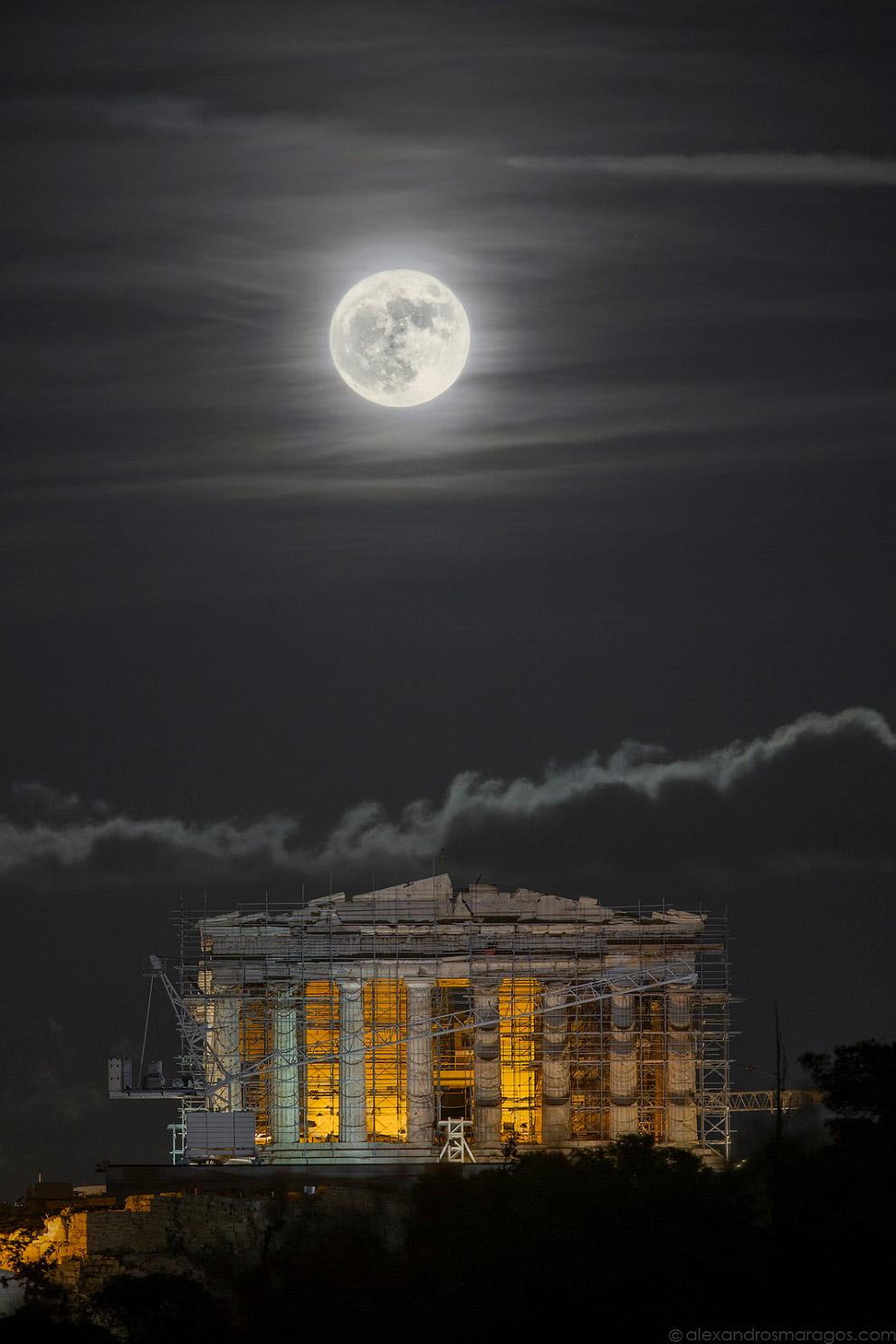 Суперлуние над Акрополем