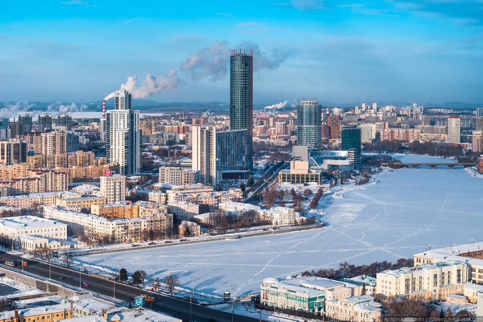 Екатеринбург — развивающийся город, на правом берегу Городского пруда сегодня вырастает деловой район с небоскребами.
