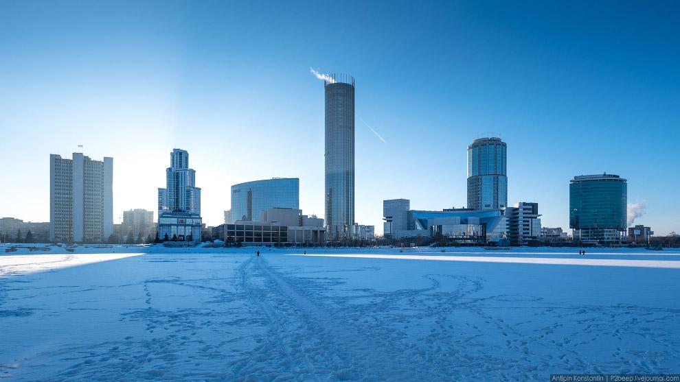 Екатеринбург-сити и недавно сданная башня «Исеть» в центре.