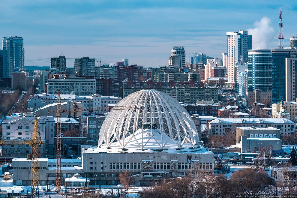 Екатеринбургский цирк. Его настоящий купол подвешен к внешнему каркасу, который и создает необычный образ здания.