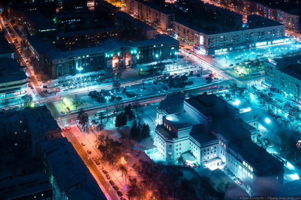 Площадь Парижской Коммуны с памятником Свердлову. На переднем плане театр оперы и балета, напротив — Уральский государственный Университет.