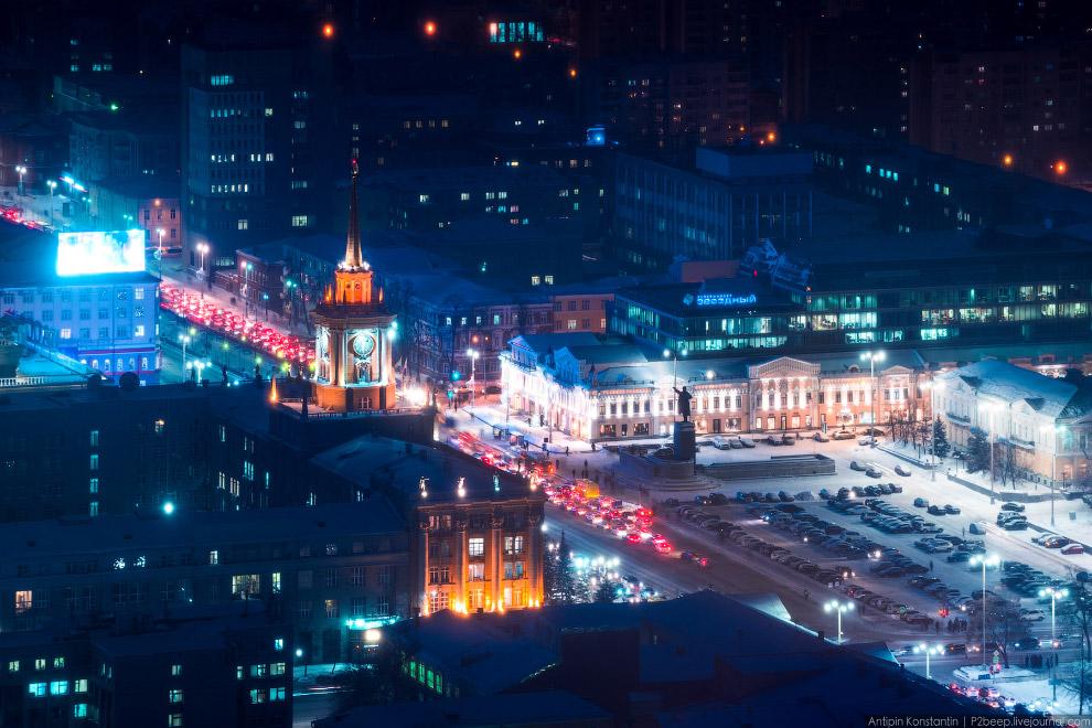Площадь 1905 года. По сути — огромная парковка напротив Администрации.