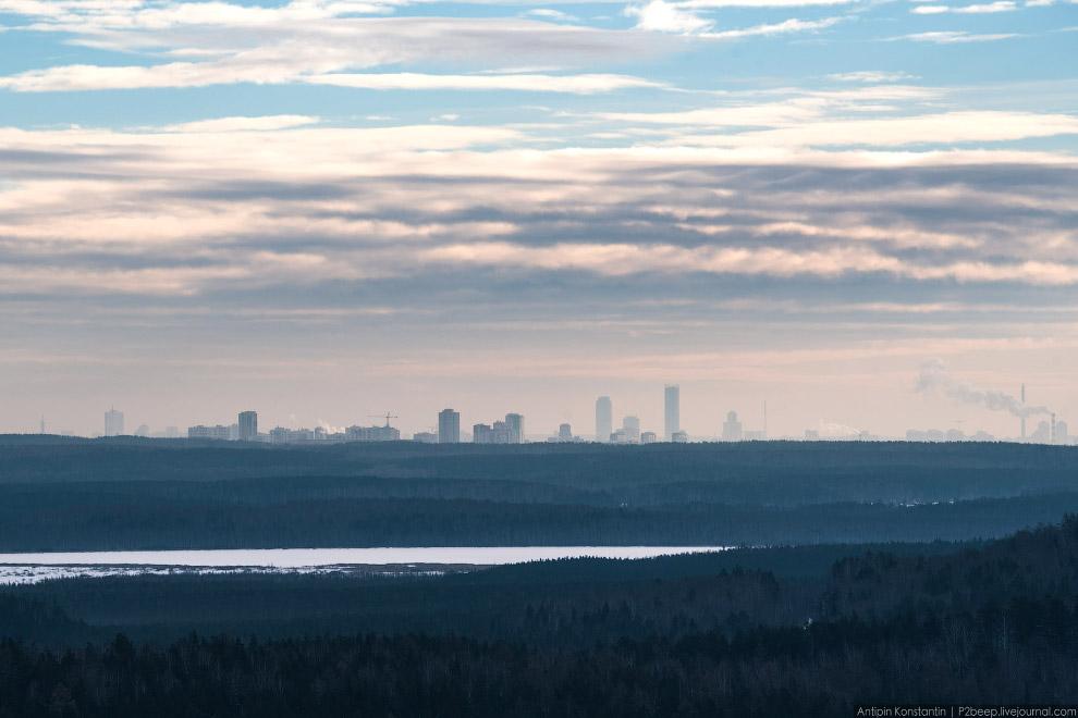 Вид на Екатеринбург с вершины скалы виден город.