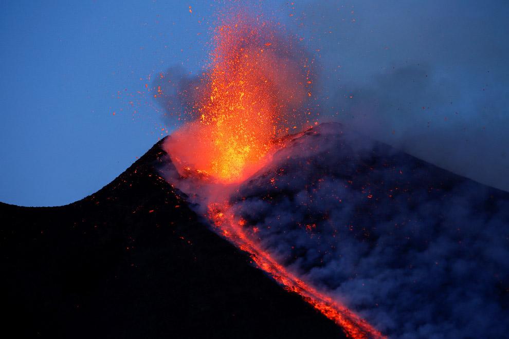 Вулкан Этна извергает лаву на южном острове Сицилия, Италия