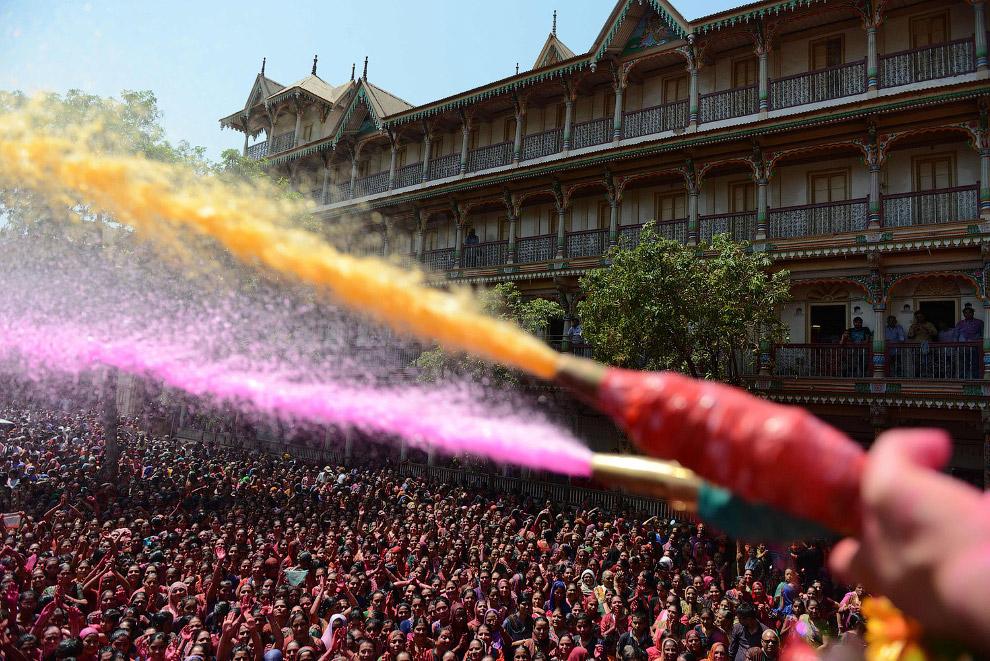 В Храме Сваминараяна в Ахмадабаде толпу поливали разноцветными жидкостями из водометов