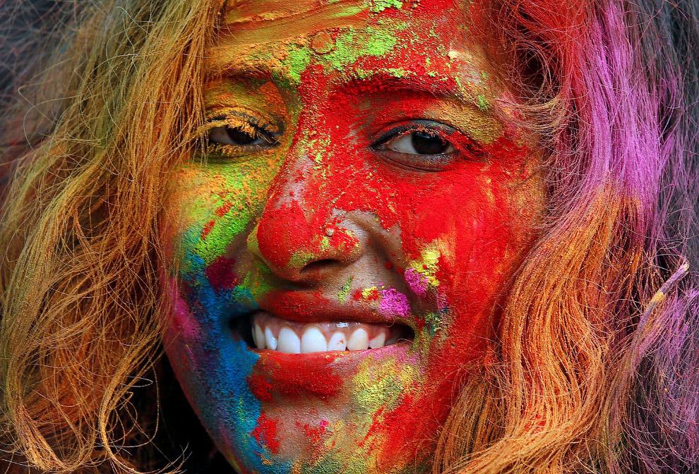 Цветные порошки разбрасываются тоннами. Остается только беречь глаза.