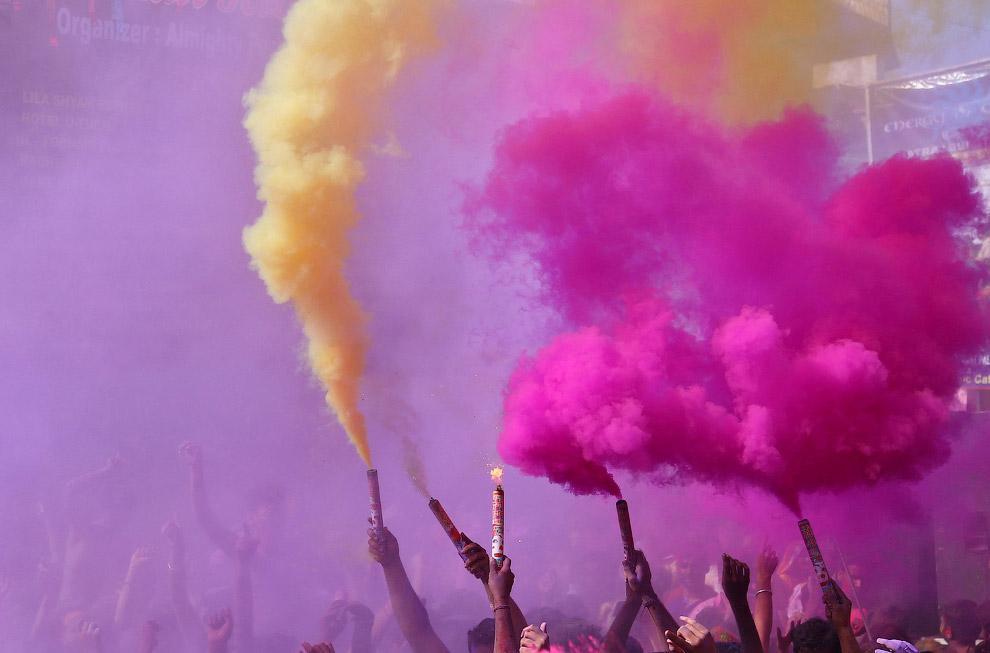 Кроме цветных порошков, цветной воды есть еще и цветной дым